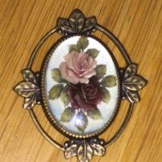 Bonito broche tipo isabelino con motivos florales