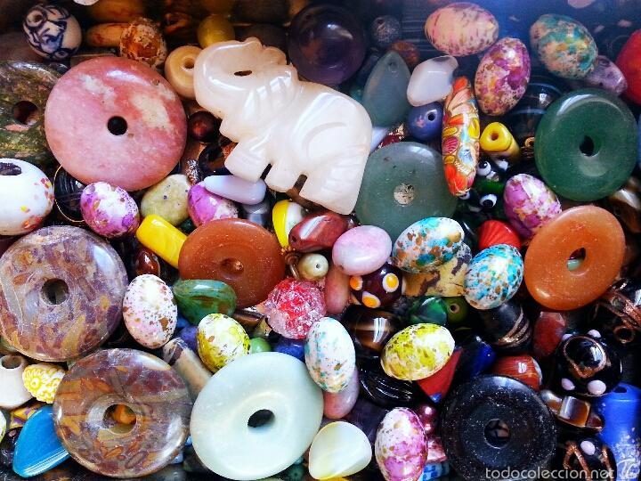 022287f085de Super Lote de cuentas antiguas y colgantes de gemas vintage en caja de  Viuda de Solano