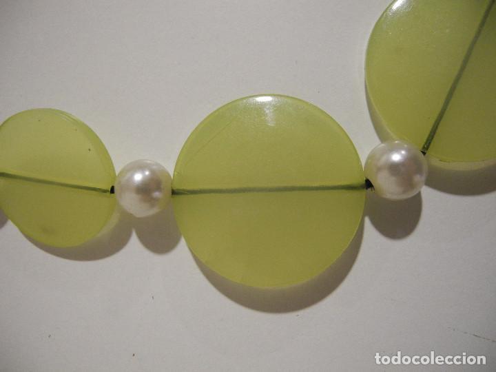 3a8994752c0c Joyeria  Conjunto de collar y pendientes. Discos verdes y perlas de  plástico - Foto