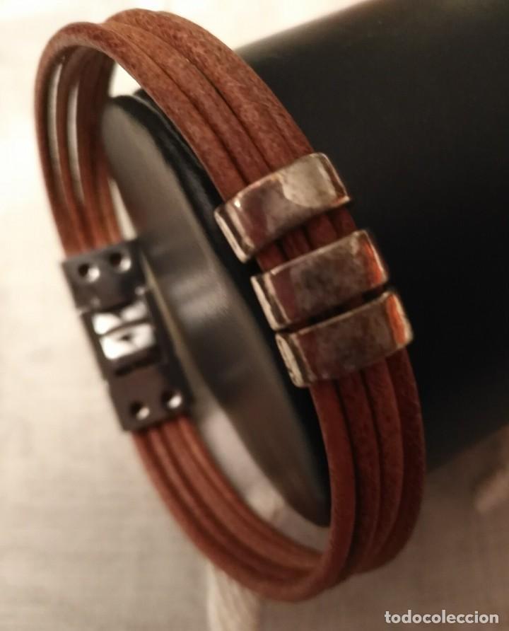 Usado, 4 Pulsera cuero marrón medio con tres abalorios y cierre acero presión segunda mano