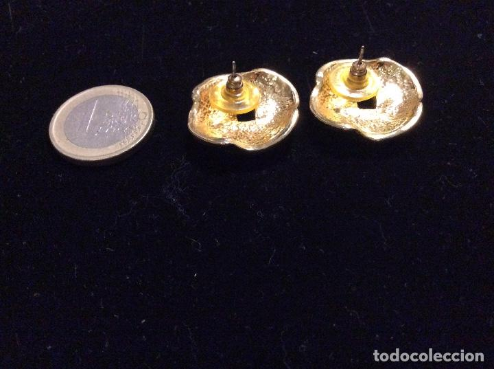 Joyeria: Pendientes de metal dorado esmaltados en marrón y cristales. - Foto 3 - 135734411