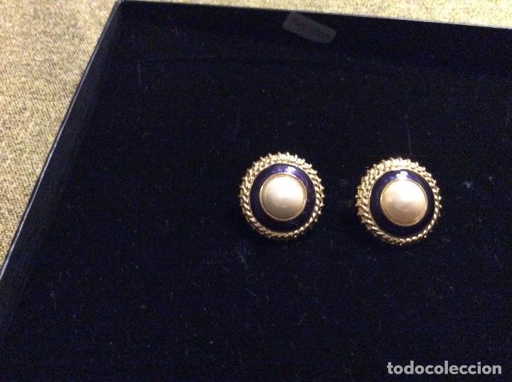 Joyeria: Pendientes de metal dorado, esmaltados en azul marino y perla central. Cierre de rosca. - Foto 2 - 135734659