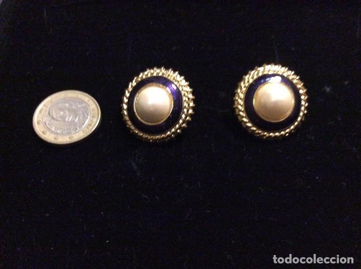 Joyeria: Pendientes de metal dorado, esmaltados en azul marino y perla central. Cierre de rosca. - Foto 3 - 135734659