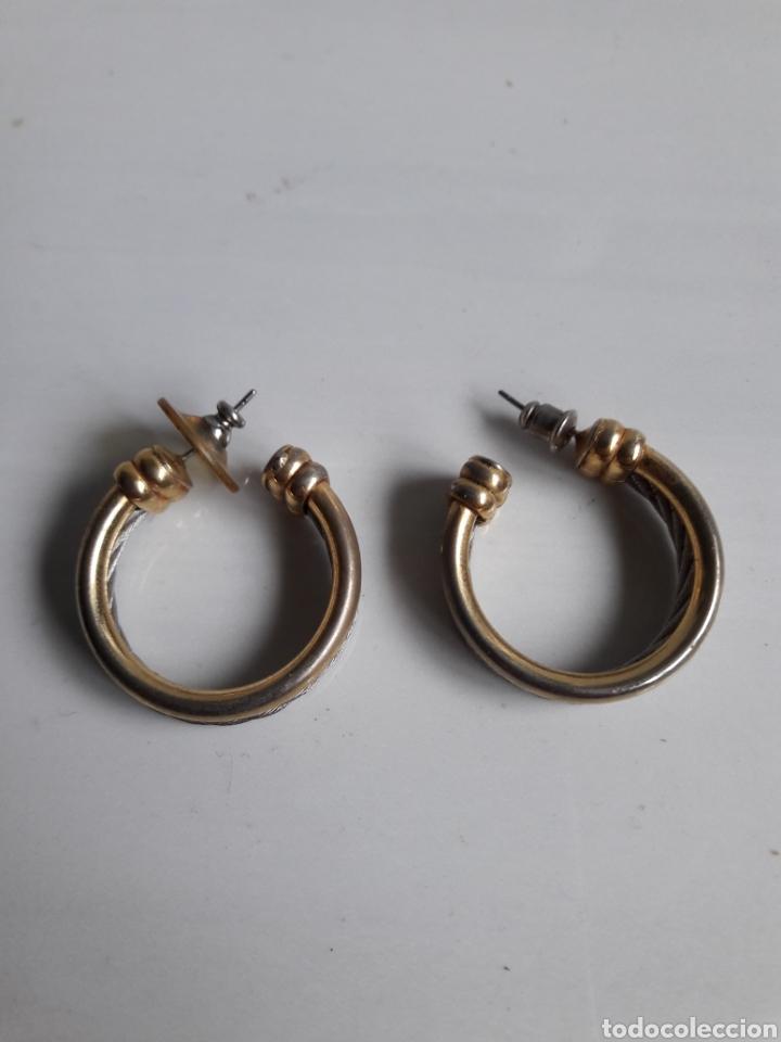 Joyeria: Pareja de pendientes de aro años 70 en metal dorado y plateado. - Foto 3 - 139428120