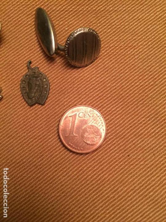 Joyeria: Antiguos restos de joias de bisuteria pendientes, botón de puño, colgante etc años 50-60-70 - Foto 2 - 143064890
