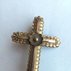 Joyeria: ANTIGUO BROCHE RELIGIOSO EN FORMA DE CRUZ REALIZADO EN METAL DORADO - MEDIDA: 4,7 X 3,1 CM. Lote 145626534