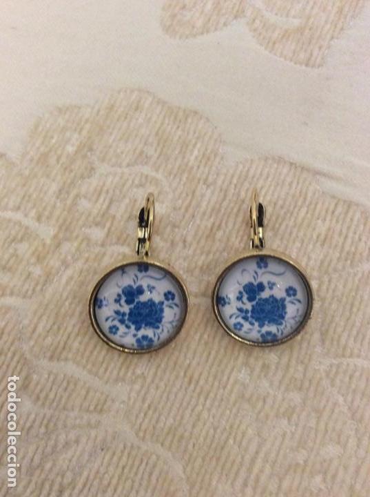 Joyeria: Pendientes colgantes vintage de metal dorado y cristal. Blanco y azul símil porcelana - Foto 2 - 150493318