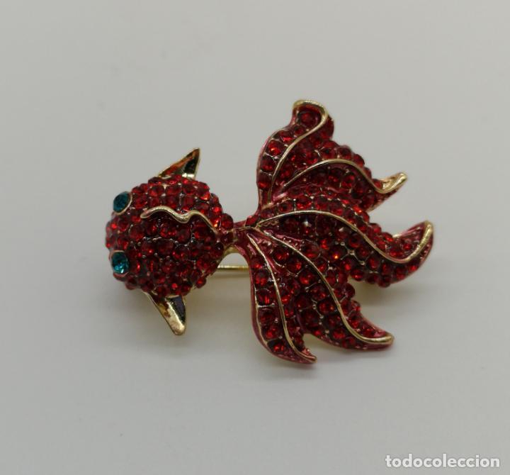 Joyeria: Broche de estilo modernista carpa oriental con acabados en oro, esmaltes y pedrería color rubi . - Foto 3 - 158313134