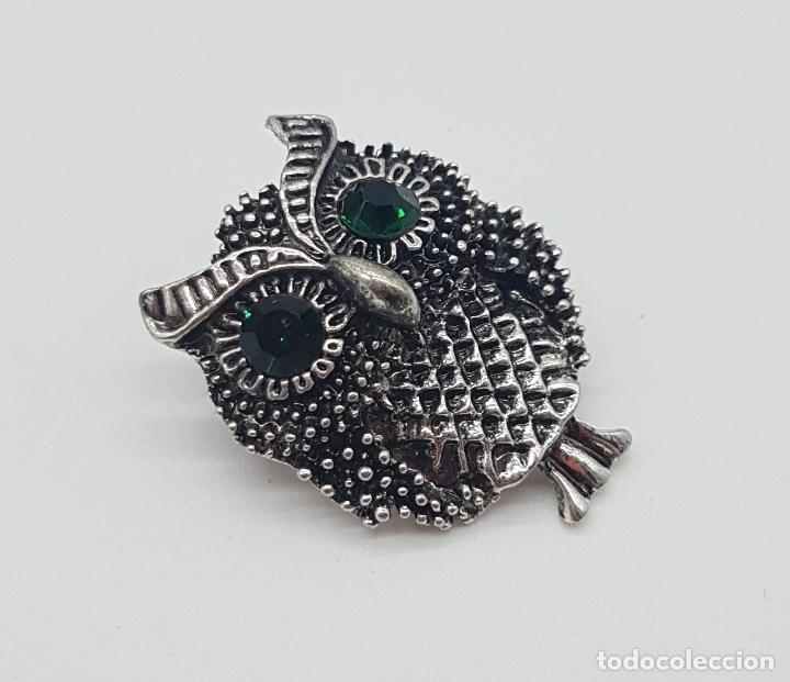 Joyeria: Simpático broche de búho con acabado en plata vieja y ojos en cristal austriaco verde esmeralda . - Foto 2 - 184328976
