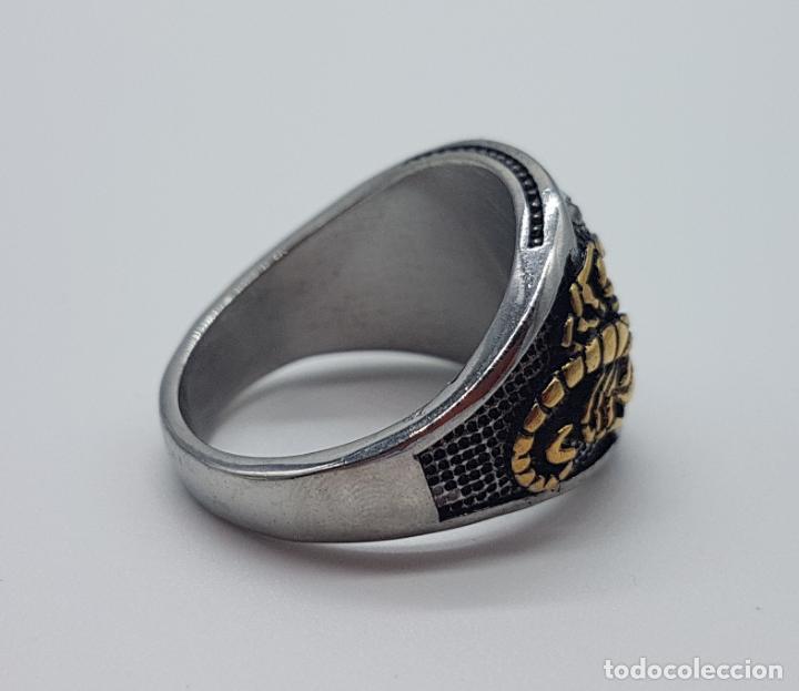 Joyeria: Magnífico anillo de caballero de estilo gotico en acero, oro de 18k y pavé de pedrería incrustada . - Foto 5 - 160187026