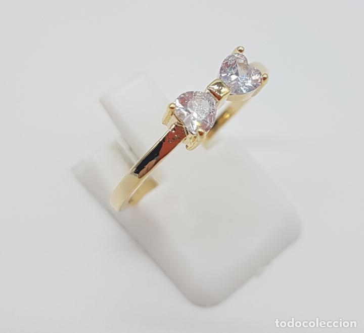 Joyeria: Elegante sortija tipo pedida de mano, con acabado en oro de 14k, y dos circonitas talla corazón . - Foto 3 - 160250898