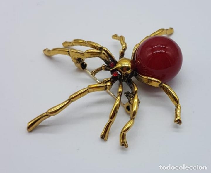 Joyeria: Original broche de araña venenosa con acabado en oro y perla en símil de coral . - Foto 3 - 165411546