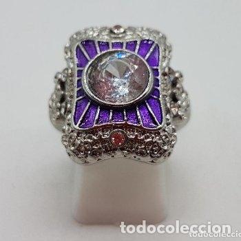 Joyeria: Bella sortija de estilo rococó con acabado en plata de ley, circonita talla diamante y esmaltes . - Foto 2 - 167925276