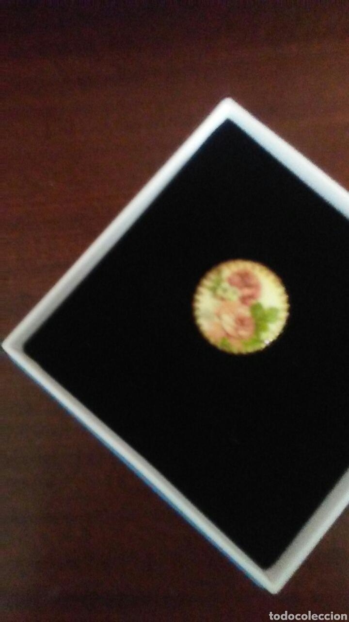 Joyeria: Antiguo broche para pañuelo cuello ,es metalico y con placa de porcelana decorada . - Foto 2 - 168696546