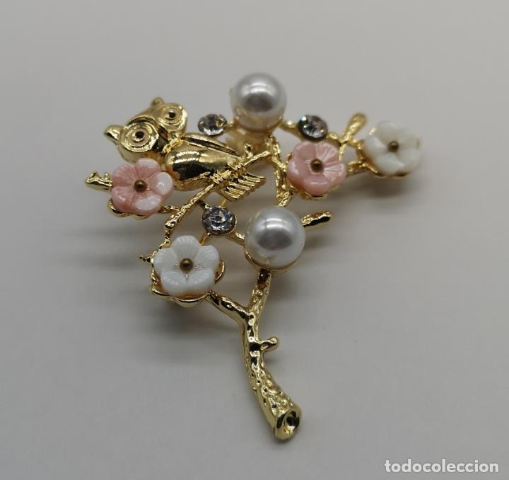 Joyeria: Precioso broche de buho sobre rama con acbado en oro de 18k, circonitas, perlas y flores . - Foto 2 - 171702934