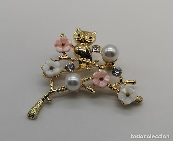 Joyeria: Precioso broche de buho sobre rama con acbado en oro de 18k, circonitas, perlas y flores . - Foto 3 - 171702934
