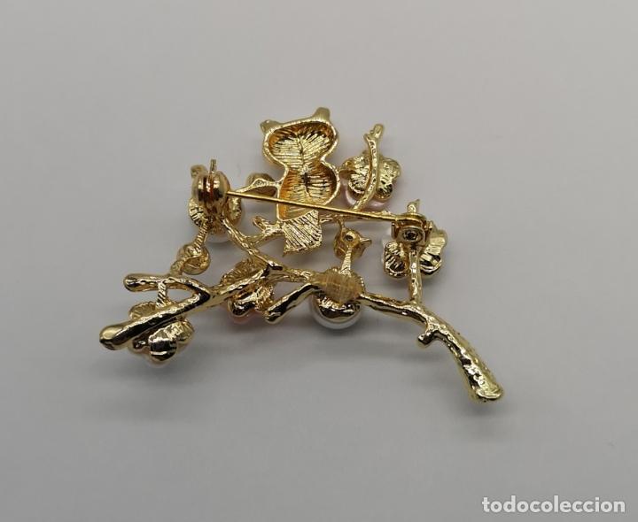 Joyeria: Precioso broche de buho sobre rama con acbado en oro de 18k, circonitas, perlas y flores . - Foto 5 - 171702934