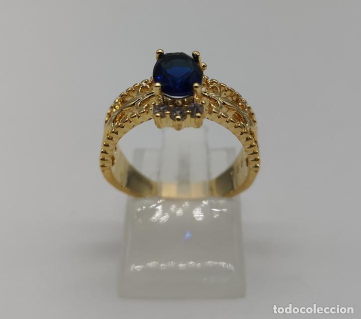 Joyeria: Elegante sortija de estilo art decó con acabado en oro de 18k, circonitas y zafiro oval creado . - Foto 3 - 176521650