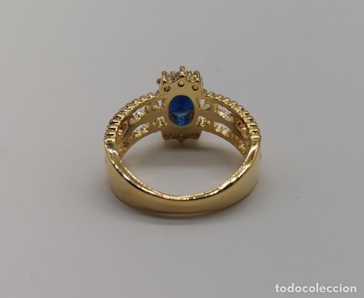 Joyeria: Elegante sortija de estilo art decó con acabado en oro de 18k, circonitas y zafiro oval creado . - Foto 6 - 176521650
