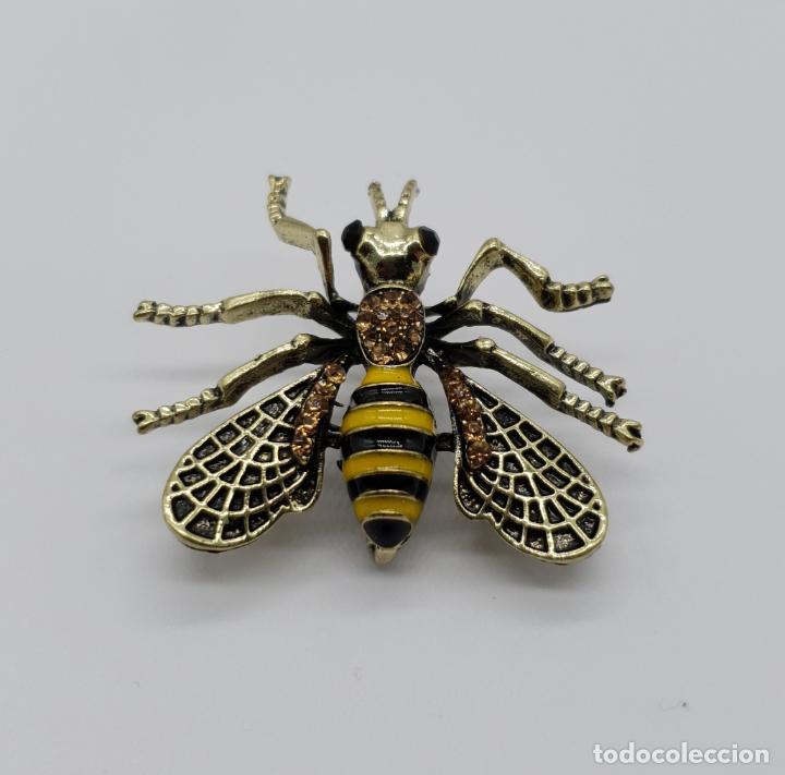 Joyeria: Broche estilo vintage de abeja con acabados en oro viejo, esmaltes y pedrería en tonos ámbar . - Foto 2 - 221100056