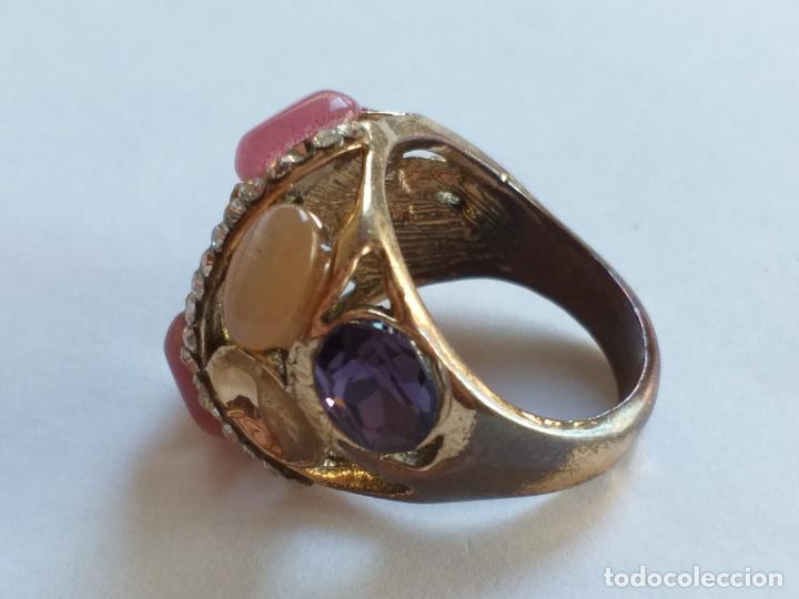 Joyeria: Anillo o sortija. Metal y piedras. Dorado y las piedras de varios colores. . - Foto 4 - 190235603