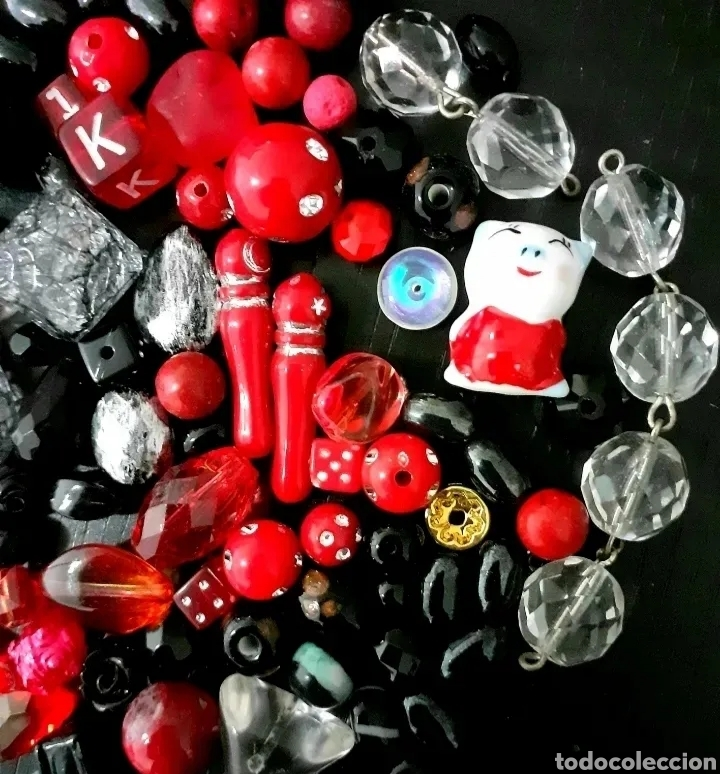 Joyeria: Lote de cuentas, colgantes, abalorios de bisutería vintage en rojo y negro - Foto 2 - 195515892
