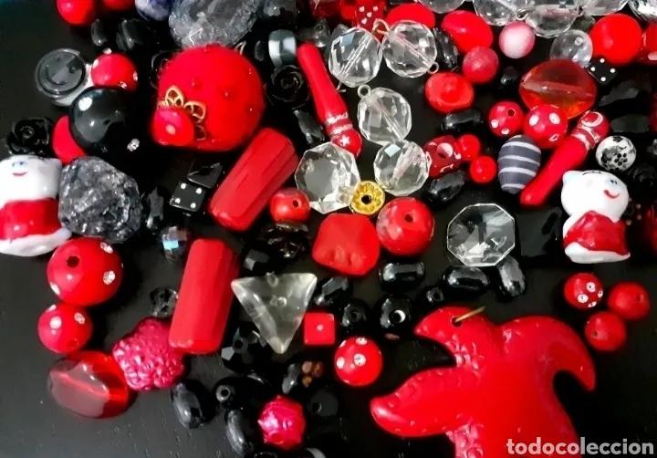 Joyeria: Lote de cuentas, colgantes, abalorios de bisutería vintage en rojo y negro - Foto 4 - 195515892
