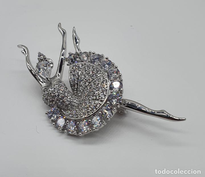 Joyeria: Elegante broche de lujo, bailarina estilo art decó chapada en oro blanco de 18k, y circonitas - Foto 2 - 196787478