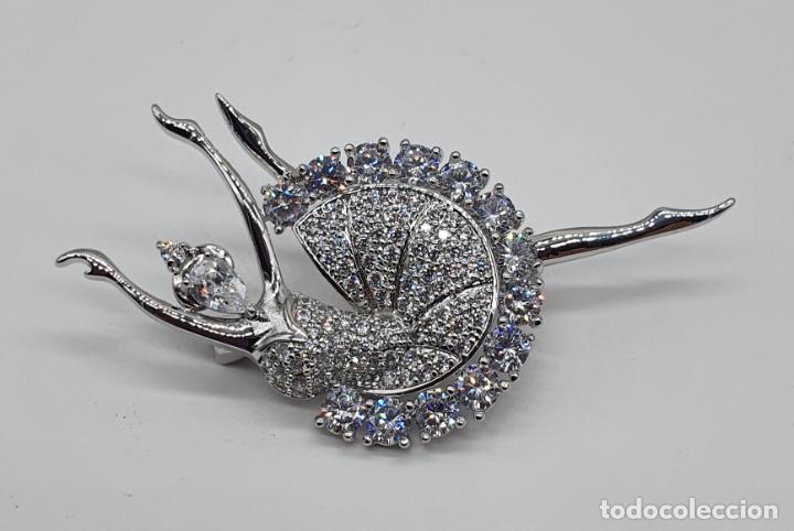 Joyeria: Elegante broche de lujo, bailarina estilo art decó chapada en oro blanco de 18k, y circonitas - Foto 3 - 196787478