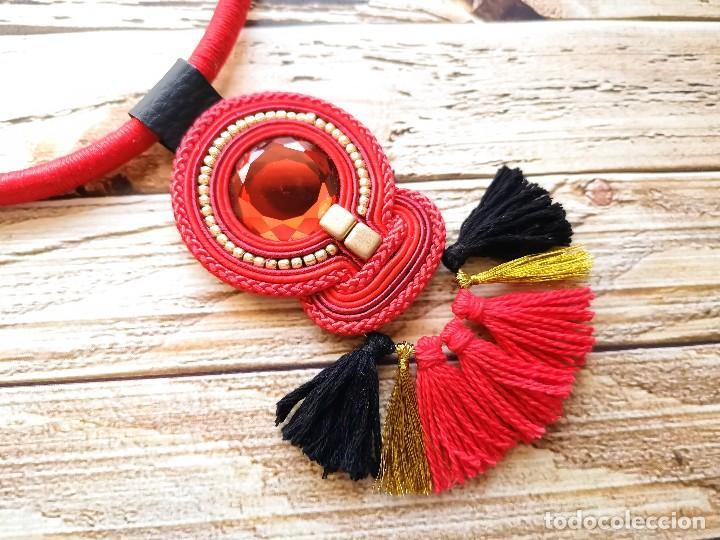 Joyeria: Collar elegante con cordón y flecos está cosido a mano con soutache en color rojo, negro y dorado h - Foto 2 - 200326836