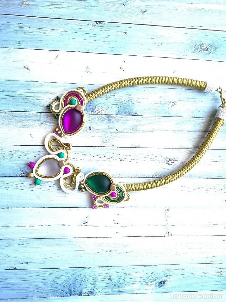 Joyeria: Collar babero tres colores cosido a mano con soutache y pedrería en verde esmeralda, fucsia, blanco - Foto 2 - 200335623