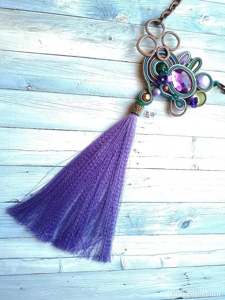 Joyeria: Collar de estilo bohemio con pedrería y fleco largo en colores lilas, verdes y cobres - Foto 2 - 200342252