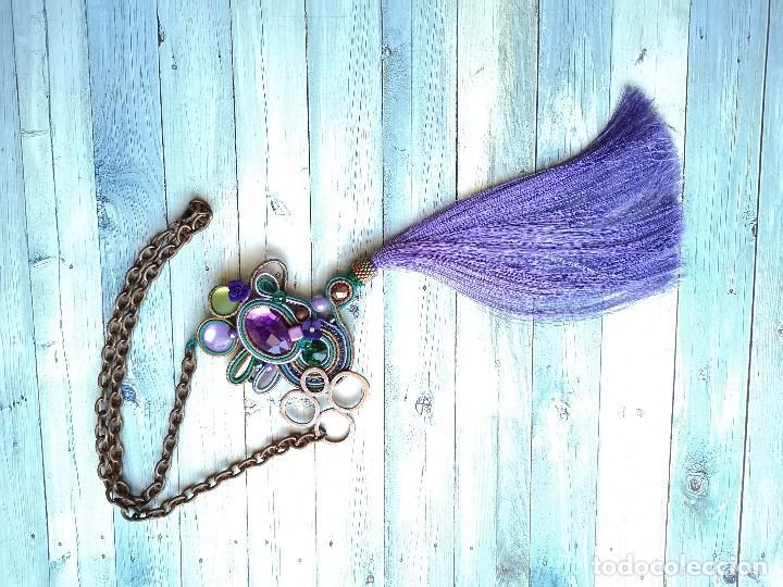 Joyeria: Collar de estilo bohemio con pedrería y fleco largo en colores lilas, verdes y cobres - Foto 3 - 200342252