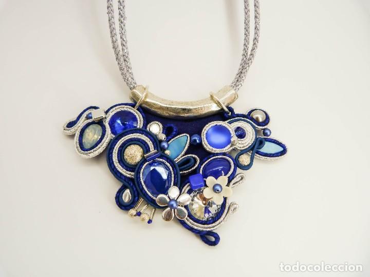 Joyeria: Collar con soutache y cristal Swarovski en tonod azules y plateados hecho a mano artesano - Foto 2 - 200343980