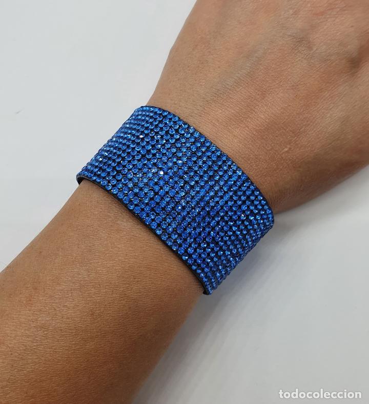 Joyeria: Moderno brazalete en polipiel tipo ante y pedrería azul aguamarina, cierre acabado en plata . - Foto 5 - 211972998