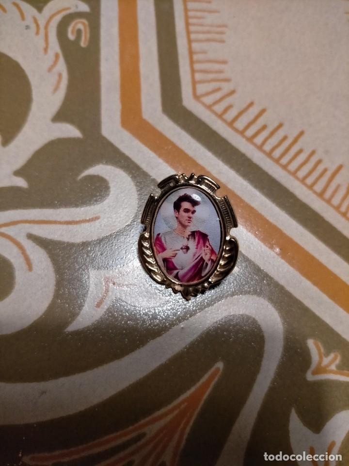 PIN ESTILO MEDALLA BARROCO IGLESIA RELIGIOSO MORRISSEY, THE SMITHS , POPLAND (Bisutería)
