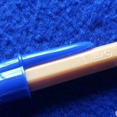 Bolígrafos antiguos: BOLÍGRAFO BIC AÑOS 80 CUERPO NARANJA CAPUCHÓN AZUL. Lote 124183182