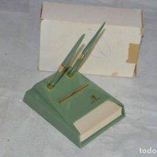Bolígrafos antiguos: ORIGINAL - CONJUNTO DE ESCRITORIO - PORTABOLIS Y HOJAS - BOLÍGRAFO - ESCRIBANÍA - FOR EVER - AÑOS 50. Lote 134620542