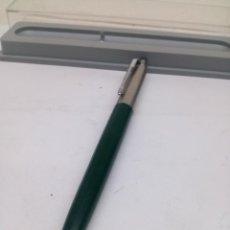 Bolígrafos antiguos: BOLIGRAFO PARKER LACADO VERDE EN SU CAJA. Lote 148905026