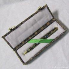 Bolígrafos antiguos: BOLIGRAFO DE METAL LACADO CHINO EN ESTUCHE ORIGINAL. Lote 155993766