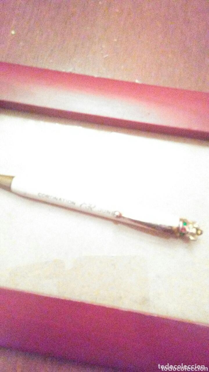 Bolígrafos antiguos: Boli de la coronacion Reina Isabel de Inglaterra ,selloJunio 1953,de baquelita y corona con pedreria - Foto 3 - 173819085