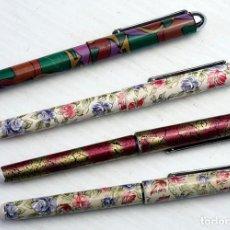 Bolígrafos antiguos: 4 BOLÍGRAFOS DECORADOS TIPO PLUMA. Lote 204611571