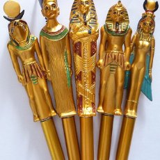 Bolígrafos antiguos: COLECCIÓN DE 5 BOLIGRAFOS DORADOS EGIPCIOS: ISIS, RA, NEFERTITI, TUTANKHAMON Y UN SARCOFÁGO - NUEVOS. Lote 205727226