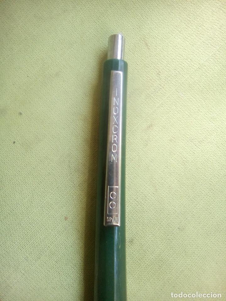 Bolígrafos antiguos: Bolígrafo Inoxcrom color verde oscuro con publicidad. - Foto 2 - 226106780
