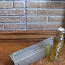 Botellas antiguas: ANTIGUA MUESTRA DE ACEITE DE ORUJO REFINADO CON CAJA. CARTONAJES PRIBEC, JEREZ.. Lote 27522964