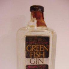 Botellas antiguas: BOTELLIN DE GINEBRA-GIN GREEN FISH.DESTILADO POR DIEGO ZAMORA CONESA & CO.. Lote 13161386