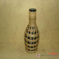 Botellas antiguas: BOTELLITA AZUL FORRADA DE MIMBRE - 18 CM. DE ALTURA -. Lote 16780453