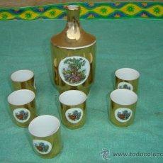 Botellas antiguas: BOTELLA DORADA Y 6 VASOS CERAMICA. Lote 16868096