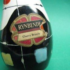 Botellas antiguas: ANTIGUA BOTELLA DE BRANDY, ETIQUETA PAPEL RYNBENDE CHERRY BRANDY, AÑOS 1950, CERAMICA.14 CM.. Lote 24069818