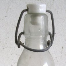 Bottigglie antiche: BOTELLA GASEOSA ESPUMOSOS LA FUENTE DEL JARRO, PATERNA (MEDIO LITRO, 23CM APROX). Lote 24665018